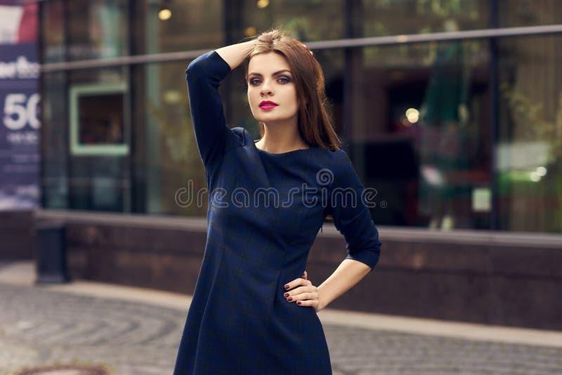 Retrato da cintura-acima da mulher no vestido quadriculado escuro fotografia de stock