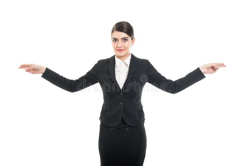 Retrato da comissária de bordo bonita que mostra ambas as maneiras da saída imagem de stock royalty free