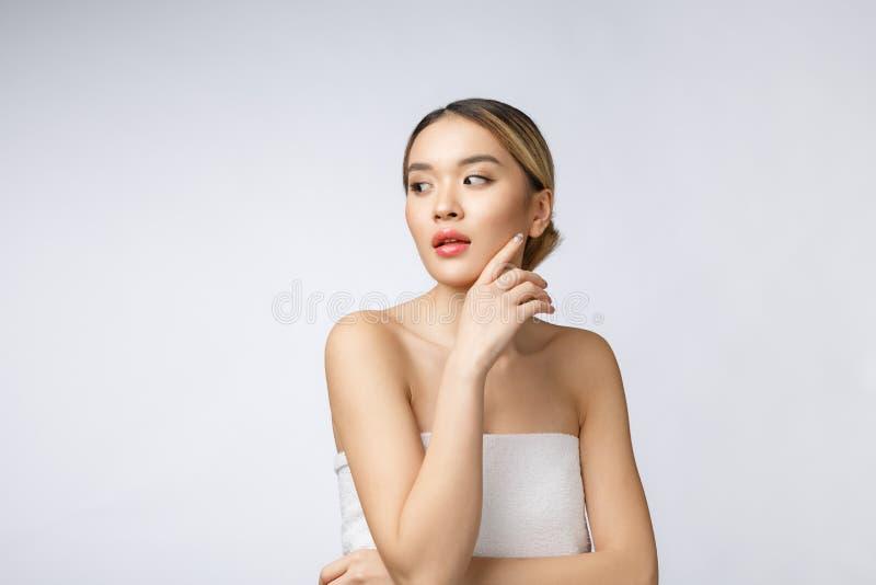 Retrato da composição asiática bonita da mulher do cosmético, mordente do toque da mão da menina, cara da beleza perfeita com bem fotos de stock