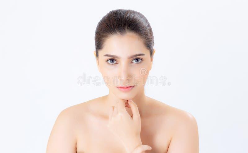 Retrato da composição asiática da mulher bonita do cosmético, do queixo do toque da mão da menina e do sorriso atrativos, cara da imagens de stock
