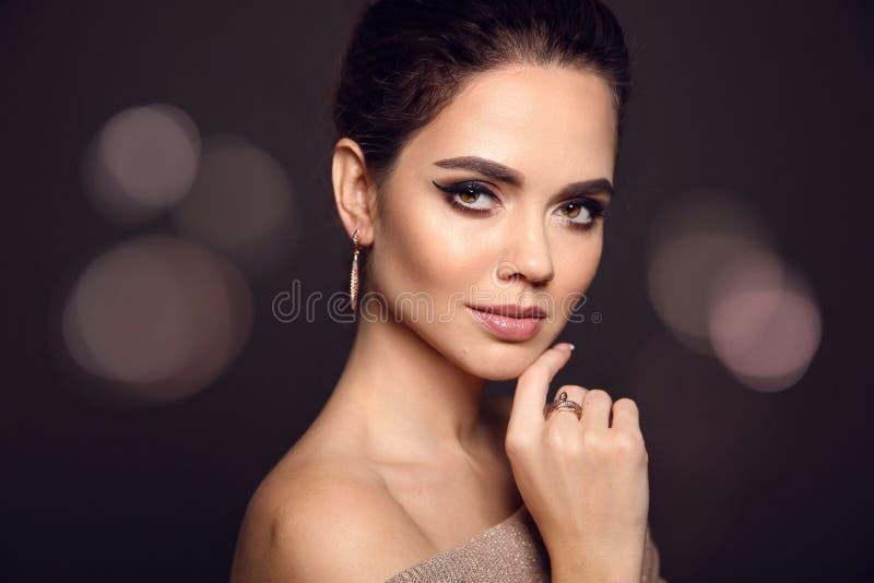 Retrato da composição da beleza Modelo de forma Golden Jewelry Bonito imagens de stock royalty free
