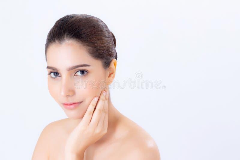 Retrato da composição bonita da mulher do cosmético, do mordente do toque da mão da menina e do sorriso atrativos fotos de stock royalty free