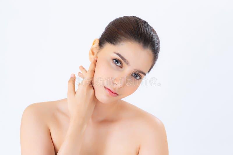 Retrato da composição bonita da mulher do cosmético, do mordente do toque da mão da menina e do sorriso atrativos foto de stock