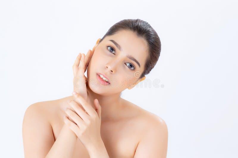 Retrato da composição bonita da mulher do cosmético, do mordente do toque da mão da menina e do sorriso atrativos fotografia de stock royalty free