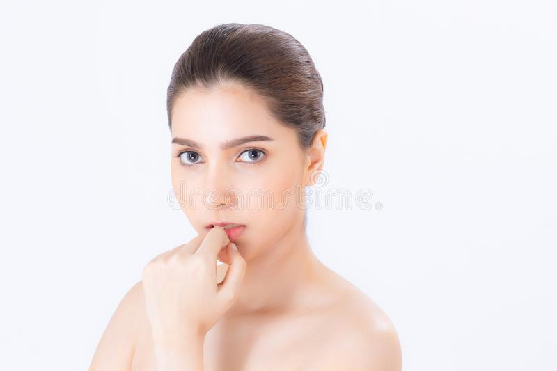 Retrato da composição moreno bonita da mulher do cosmético, do mordente do toque da mão da menina e do sorriso atrativos foto de stock