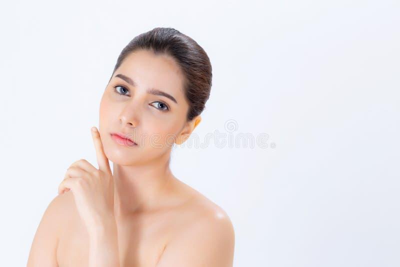 Retrato da composição moreno bonita da mulher do cosmético, do mordente do toque da mão da menina e do sorriso atrativos, cara da fotos de stock royalty free