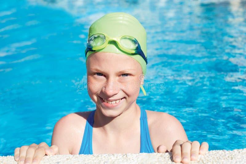 Retrato da criança bonito pequena do sorriso na natação fotografia de stock