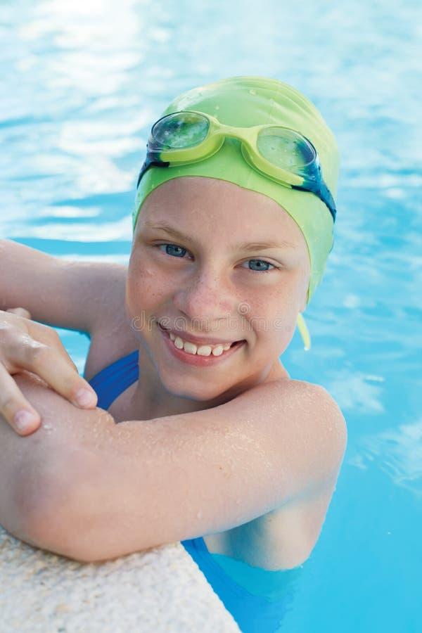 Retrato da criança bonito pequena do sorriso na piscina fotos de stock royalty free