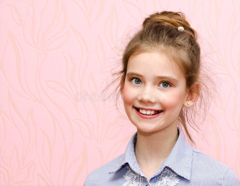 Retrato da criança de sorriso adorável da estudante da menina fotos de stock