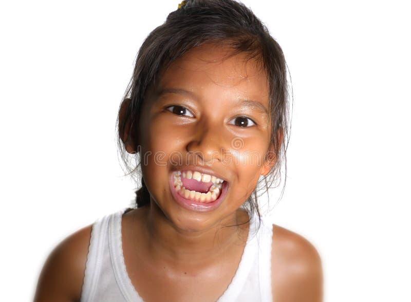Retrato da criança fêmea bonita da afiliação étnica misturada feliz e entusiasmado sorrindo alegre a moça que tem o divertimento  fotografia de stock