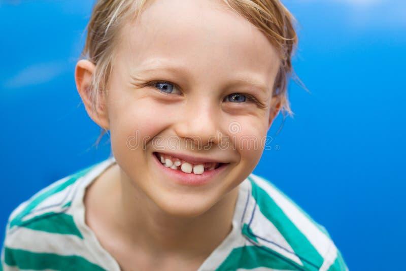 Retrato da criança feliz ao lado da piscina imagem de stock