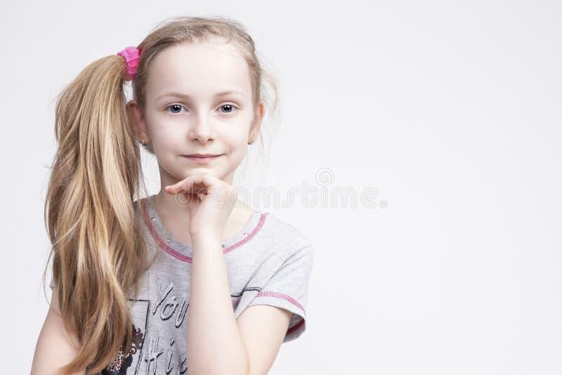 Retrato da criança loura fêmea caucasiano de sorriso alegre imagens de stock royalty free