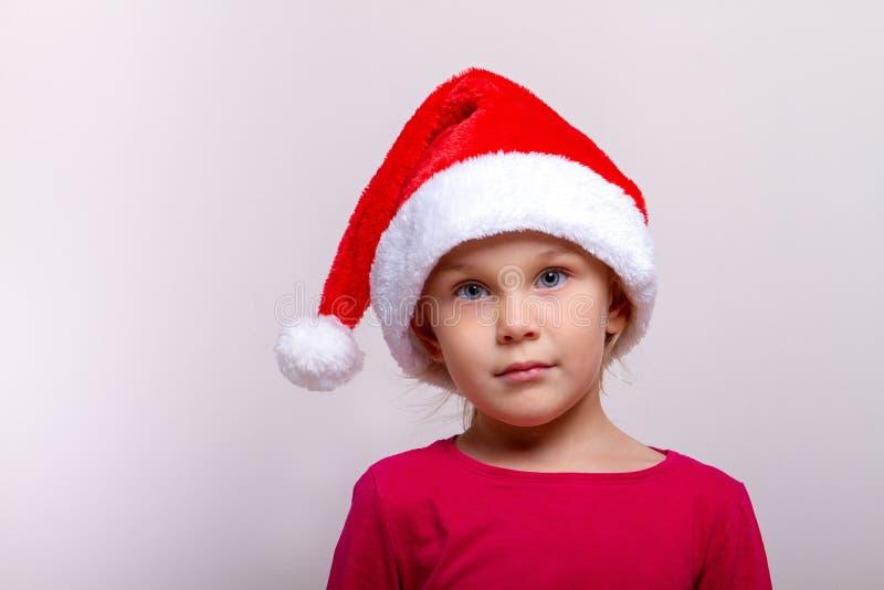 Retrato da criança pequena bonita do ajudante de Santa imagens de stock royalty free
