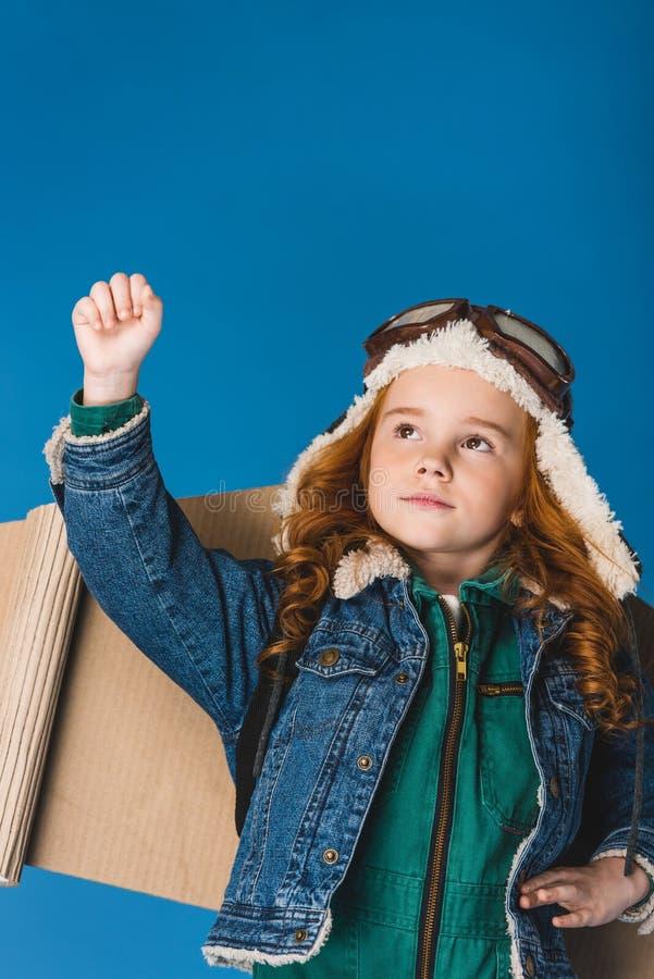 retrato da criança preteen adorável no traje piloto com as asas planas de papel foto de stock