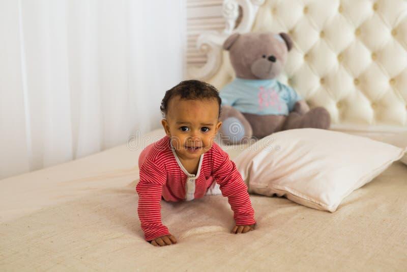 Retrato da criança da raça misturada em casa imagem de stock royalty free