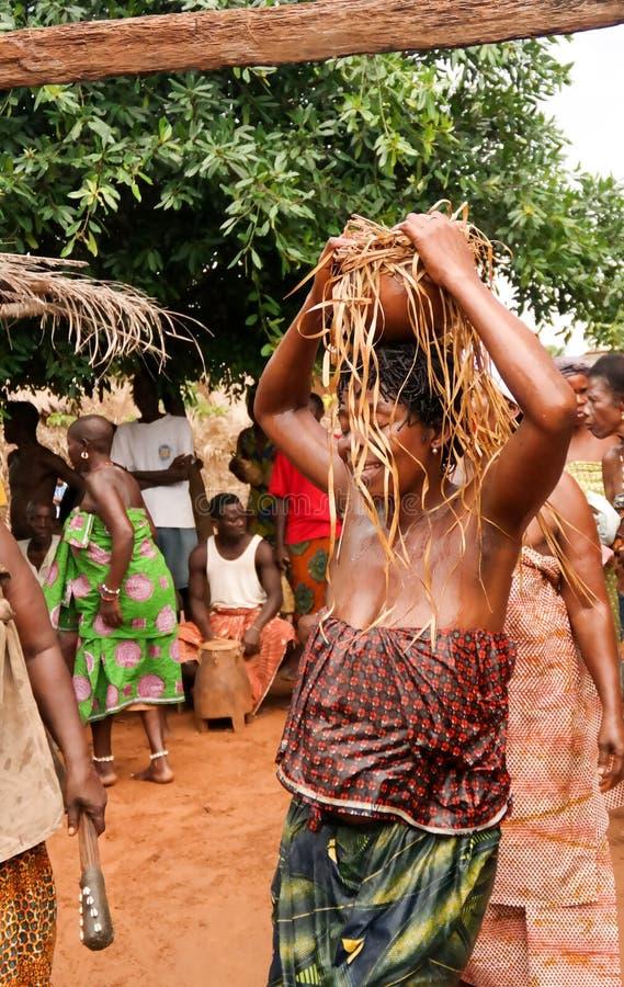 Retrato da dança do woodoo da dança da mulher do Gen da ovelha aka Anfoin, Togo fotos de stock