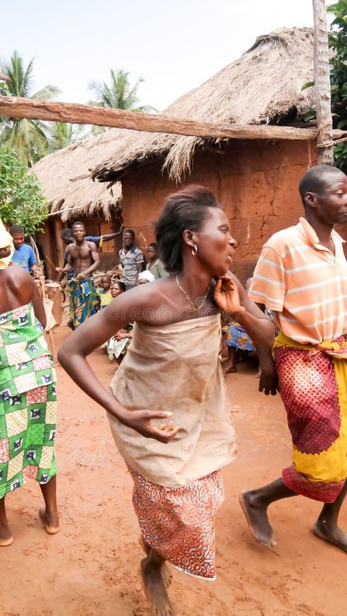 Retrato da dança do woodoo da dança da mulher do Gen da ovelha aka Anfoin, Togo foto de stock