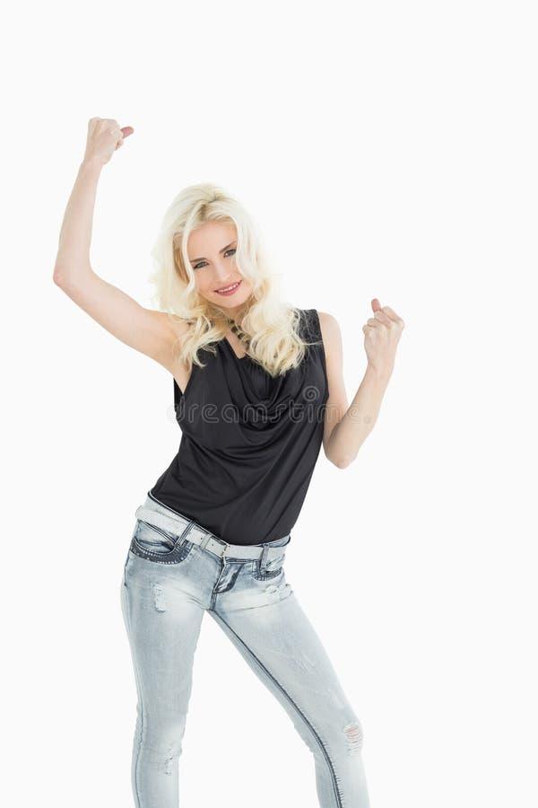 Retrato da dança ocasional nova feliz da mulher fotografia de stock