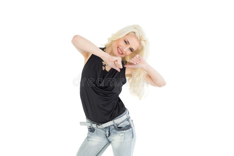 Retrato da dança ocasional nova feliz da mulher fotografia de stock royalty free
