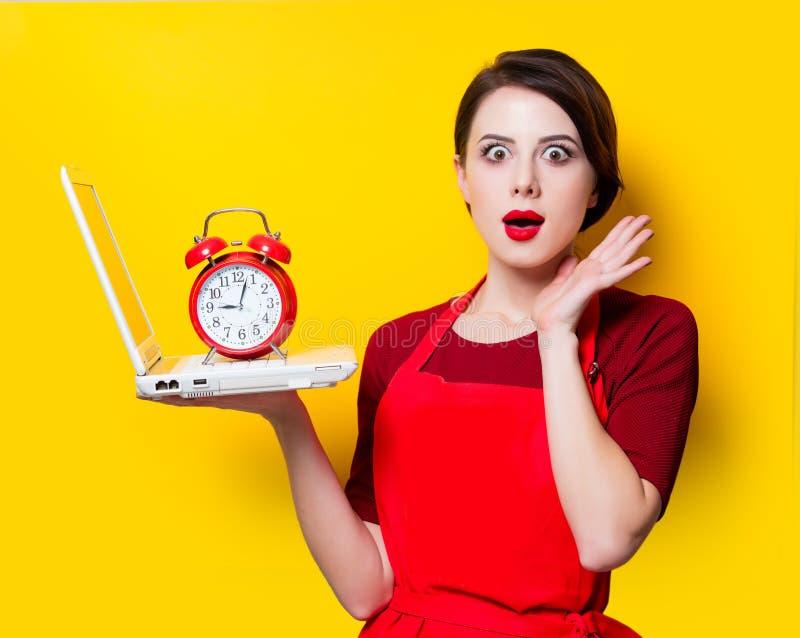 Retrato da dona de casa nova com portátil imagens de stock royalty free