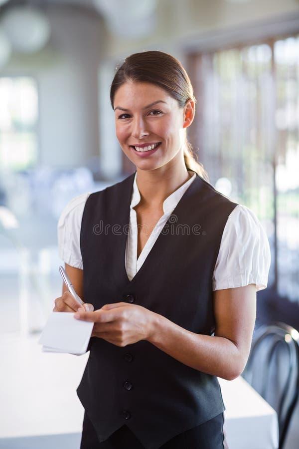 Retrato da empregada de mesa de sorriso que toma a ordem imagem de stock royalty free