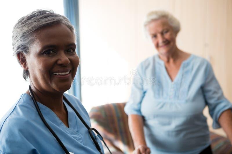 Retrato da enfermeira e do paciente superior foto de stock