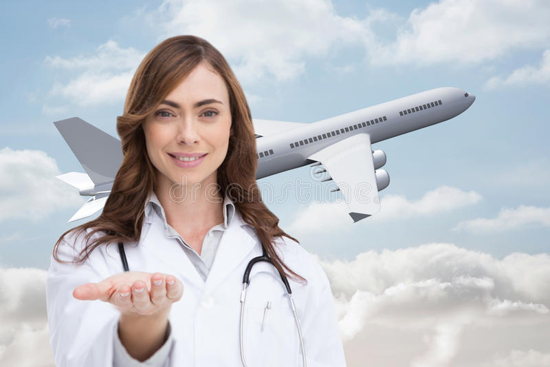 Retrato da enfermeira fêmea que guarda para fora a palma aberta imagens de stock royalty free