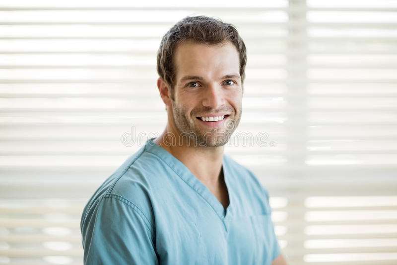 Retrato da enfermeira masculina feliz fotos de stock royalty free