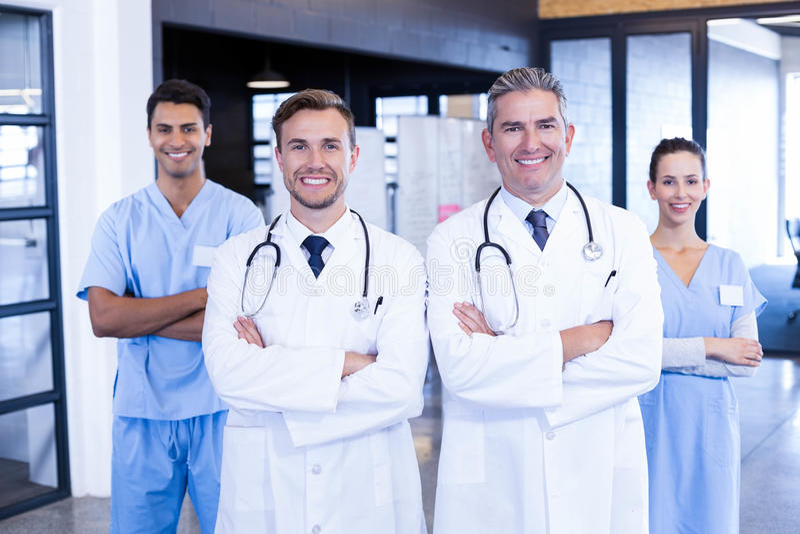 Retrato da equipa médica que está junto foto de stock