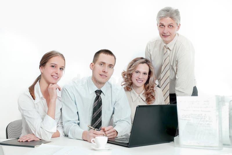 Retrato da equipe bem sucedida do neg?cio no local de trabalho no escrit?rio imagens de stock royalty free