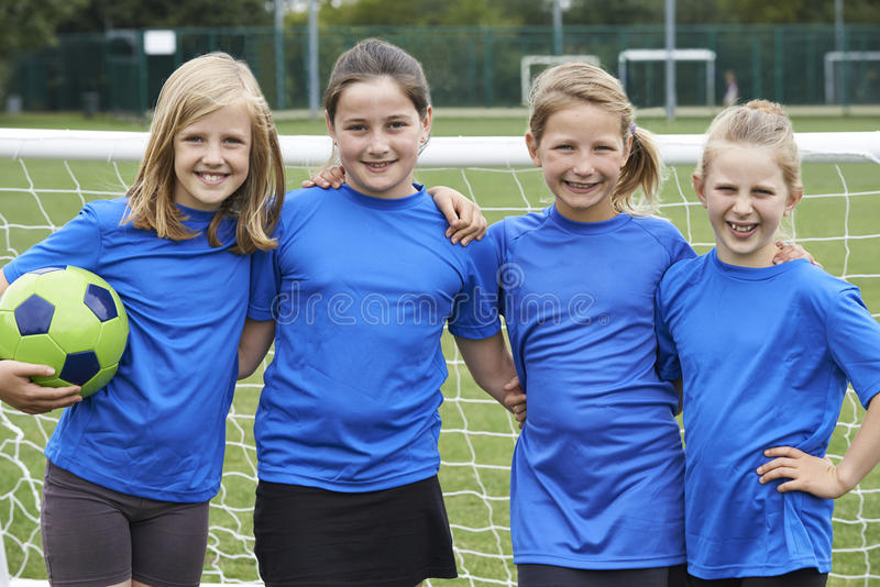 Retrato da equipe de futebol da menina fotografia de stock royalty free