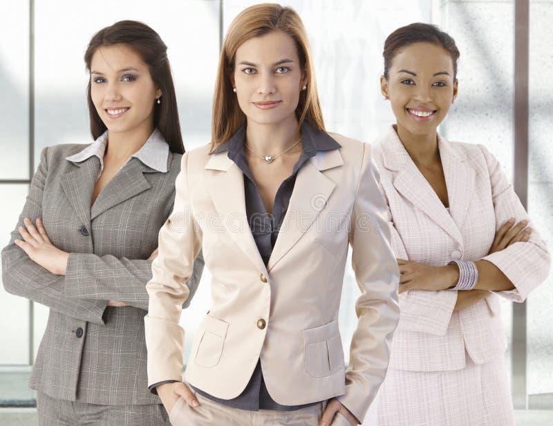 Retrato da equipe de mulheres de negócios felizes no escritório fotos de stock royalty free