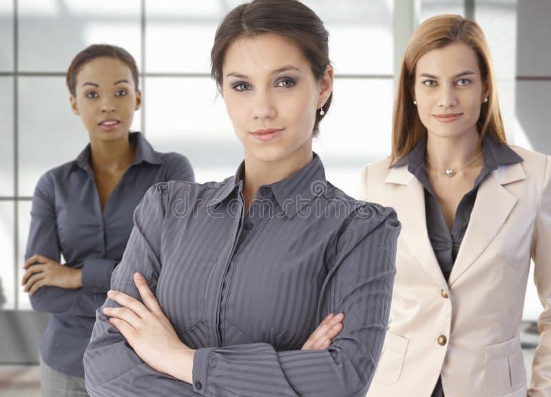 Retrato da equipe de mulheres de negócios felizes no escritório imagens de stock
