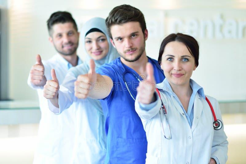 Retrato da equipe dos doutores que mostra os polegares acima fotos de stock