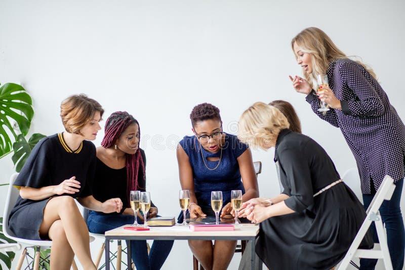 Retrato da equipe fêmea do negócio no estúdio moderno com vidros do champanhe imagem de stock royalty free