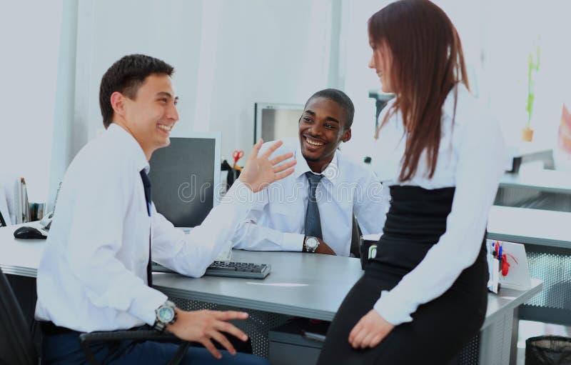 Retrato da equipe feliz do negócio que tem a reunião no escritório fotografia de stock royalty free