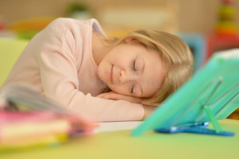 Retrato da estudante cansado bonito que dorme em casa imagem de stock royalty free