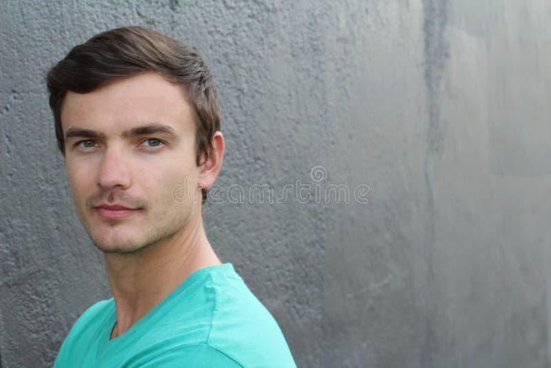 Retrato da estudante universitário da Europa Oriental em New York Camisa verde vestindo do v-pescoço T na rua no verão quente, re imagem de stock