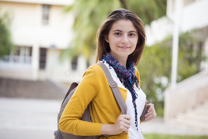 Retrato da estudante universitário fêmea Outdoors On Campus imagens de stock royalty free