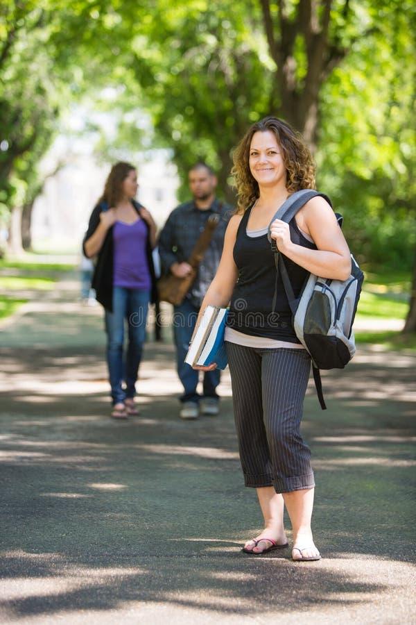 Retrato da estudante universitário Standing On Campus fotografia de stock royalty free