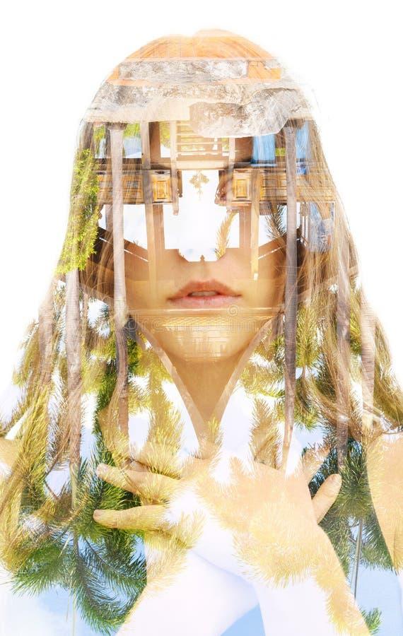 Retrato da exposição dobro de um viajante novo com o cabelo ondulado longo combinado com uma fotografia de cabeça para baixo inco fotografia de stock