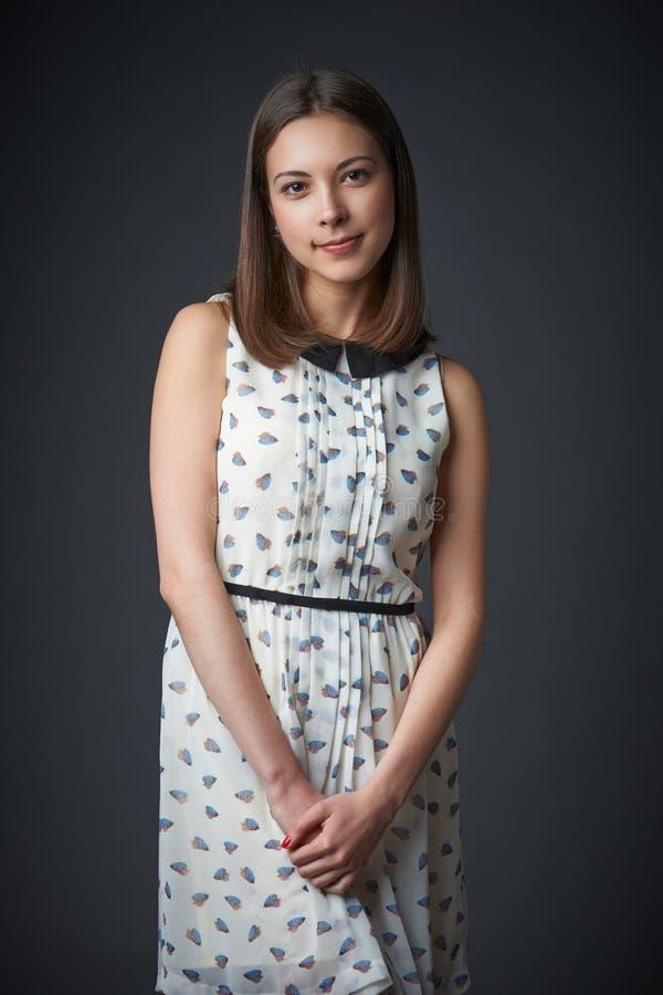 Retrato da fêmea adolescente de sorriso no vestido romântico imagens de stock