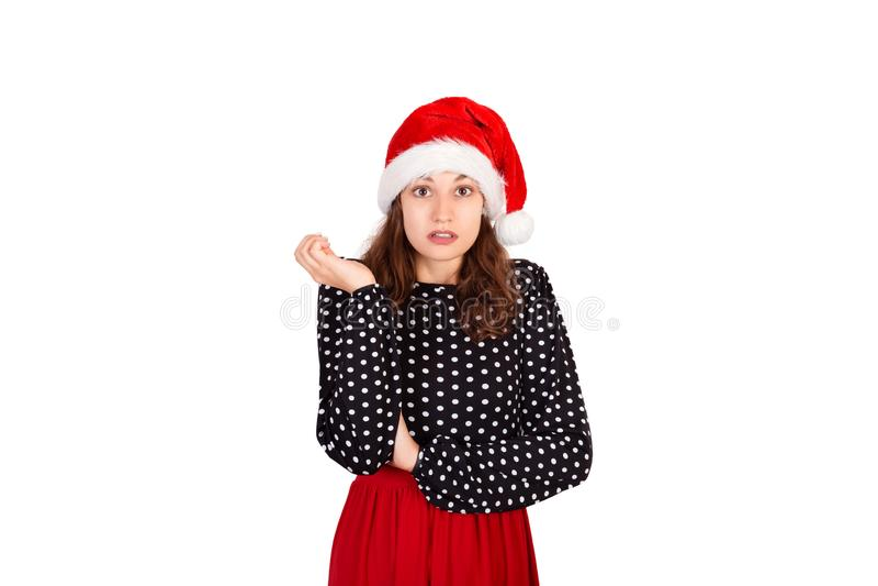 Retrato da fêmea bonito mijada desapontado no vestido menina emocional no chapéu do Natal de Papai Noel isolado no fundo branco H foto de stock royalty free
