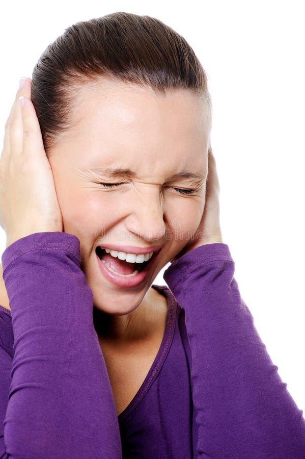 Retrato da fêmea gritando com dor de cabeça forte fotografia de stock royalty free