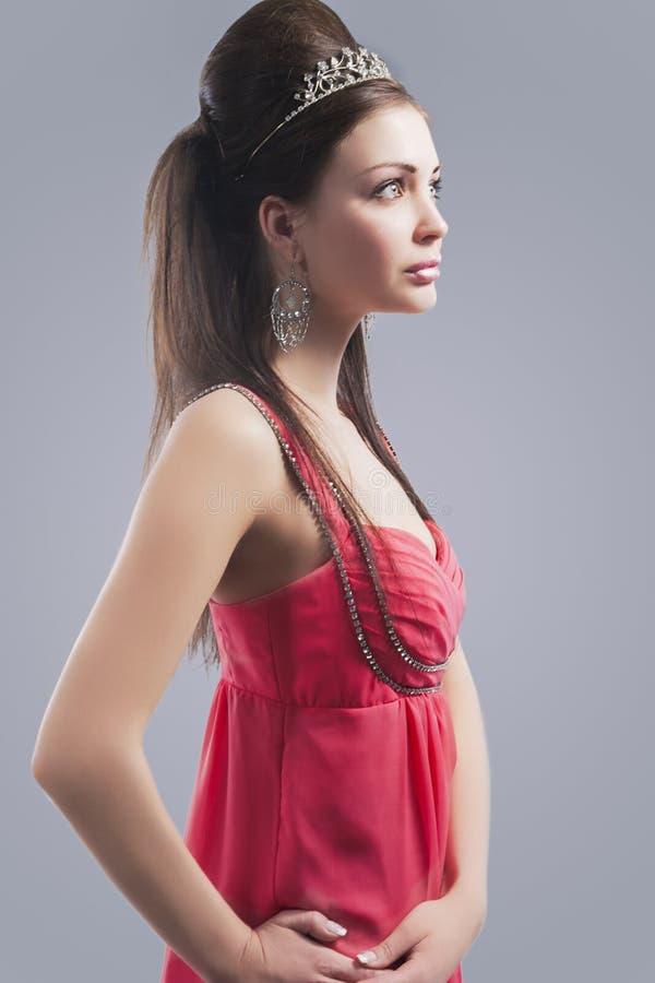 Retrato da fêmea nova sensual bonita com o fá vestindo da coroa imagens de stock