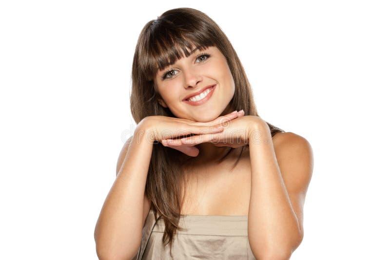 Retrato da fêmea que inclina-se em seus cotovelos imagem de stock royalty free