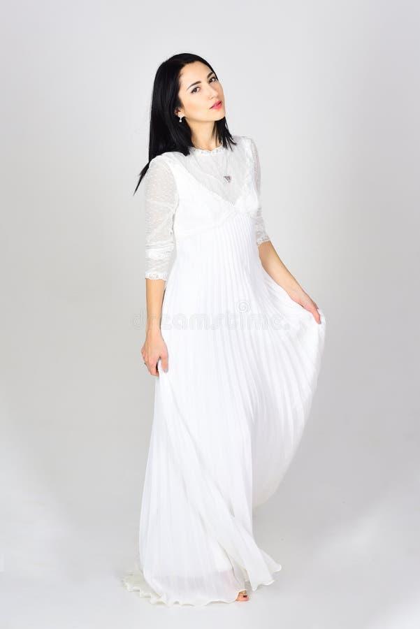 Retrato da fôrma da mulher Forma do vestido de casamento Mulher no vestido branco Salão de beleza e cabeleireiro Mulher 'sexy' co fotografia de stock royalty free