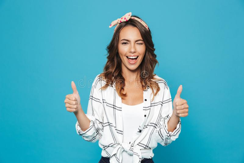 Retrato da faixa vestindo moreno bonita a de sorriso da mulher 20s fotos de stock