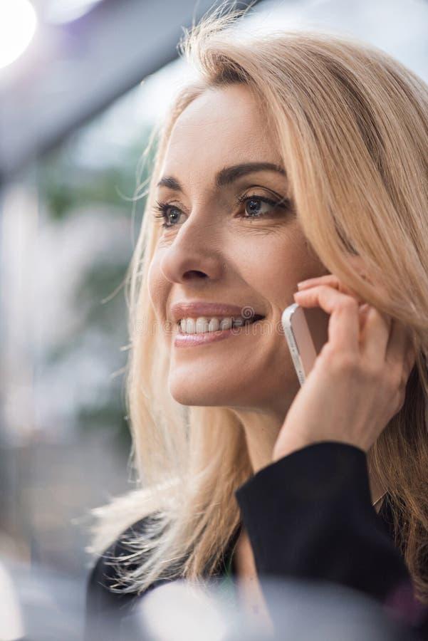 retrato da fala de sorriso da mulher de negócios fotos de stock royalty free