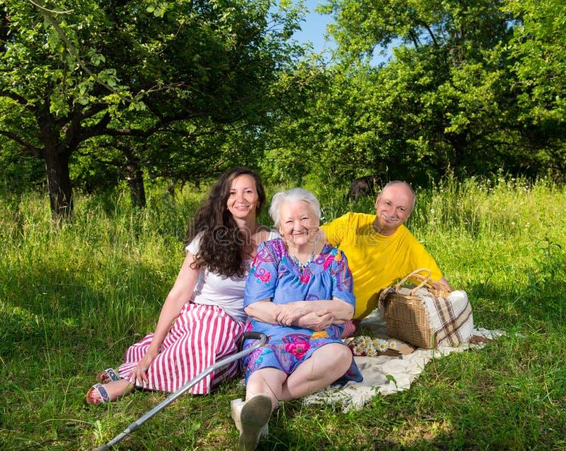 Retrato da família alegre imagens de stock